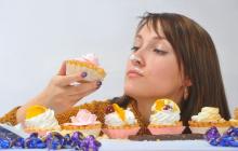 Ученые нашли главную причину любви человека к сладкому и алкоголю