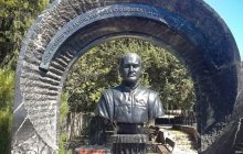"""Сеть поразили кадры """"скромной"""" могилы Януковича-младшего, найденной в аннексированном Крыму"""