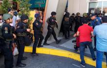 На Филиппинах вооруженный мужчина взял в заложники более 20 человек, еще один получил ранения: детали