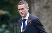 Daily Mail: туалетная бумага с портретом лидера РФ находится в уборной министра обороны Британии