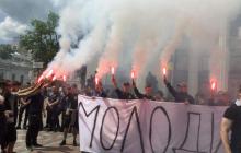 """Верховную Раду """"заволокло дымом и огнем"""": у парламента протестуют националисты, а в Раде заявляют о реванше – мощные кадры"""