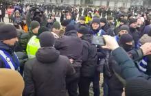 """""""Уеб** отсюда"""", - появилось видео массовой драки в Киеве на акции против националистов, полиция применила силу"""