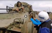 Бойцы ВСУ отходят на 1 км, покидая зону разведения сил в Петровском - видео
