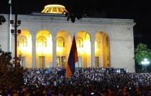 """Ереван на грани взрыва: протестующие прорвались в парламент к """"предателям""""-депутатам - кадры"""