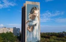 Украину потряс мурал девочки в Мариуполе, чья мать погибла после обстрела российской артиллерии: соцсети проклинают РФ