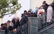"""Кадры из Днепра: толпа людей """"штурмует"""" Троицкую церковь, ситуация в Лавре людей не учит"""