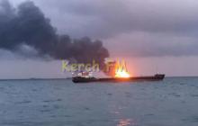 В Керченском проливе произошел взрыв: люди спасаются, прыгая в воду - кадры