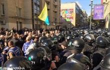 В центре Киева драка людей в камуфляже и полиции: в ход пошли дубинки и слезоточивый газ – видео
