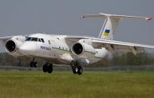 """Дипломаты показали, как грузили в самолет Порошенко """"новогодние подарки"""" от НАТО, - фото"""