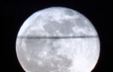 """Аномальное явление на Луне: спутник Земли """"разрезала"""" огромная черная полоса – видео"""