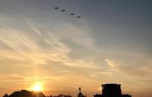 День Независимости с высоты птичьего полета: в Сети появились захватывающие кадры парада из кабины самолета