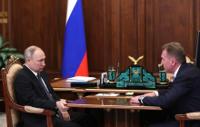 """""""Маскирует трясущуюся руку?"""" - в Сети обратили внимание на странную позу Путина, фото"""