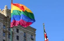 Флаги ЛГБТ на посольствах США и Великобритании в Москве оскорбили россиян - началась волна хейта