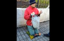 """В Луцке разоблачили и жестоко наказали ложного """"инвалида-АТОшника"""" за выпрашивание денег: опубликовано видео наказания для афериста - кадры"""