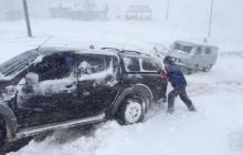 На Закарпатье бушует мощнейший ураган и снегопад, реки вышли из своих берегов и угрожают подтоплением домов - в Сети обнародованы кадры непогоды