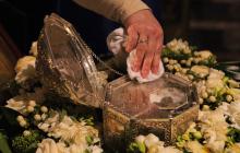 Карантин в Луганске: несмотря на пандемию, жители пришли массово поклоняться мощам Иоанна Крестителя