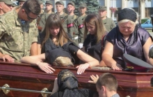 Никто не мог сдержать слез. В Хмельницком на коленях попрощались с погибшим в зоне АТО разведчиком Александром Бойко – кадры