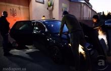 """""""Выйди пообщаемся, тварь"""", - """"Топаза"""" не забыли, харьковчане заблокировали машину сепаратиста – кадры"""