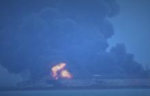 У берегов Китая горит судно с иранской нефтью: 32 члена экипажа пропали без вести - кадры