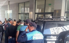 Забастовка в Армении: активисты блокируют вход в ряд министерств, полиция пытается оттеснить протестующих - кадры