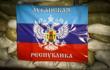 Танцы на костях: полуобнаженные подруги террористов позируют с оружием в руках на руинах Луганского аэропорта