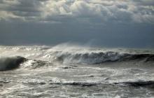 Азовское море под ударом стихии: мощный шторм сносил людей с побережья