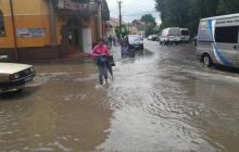 В Черновцах сильный ливень затопил десятки улиц: жители, с трудом утопая в воде по колено, добирались домой
