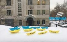 Сине-желтые корабли в центре Москвы: активисты РФ устроили смелую акцию в поддержку пленных моряков Украины - кадры