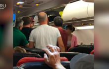 Туристы РФ устроили массовую драку в самолете в Турции - скандал попал на видео