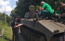 """""""2014 год вернулся, просто нет слов..."""" - на Хмельнитчине местные жители перекрыли путь военной технике"""