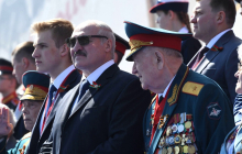 "Три ""сигнала"" Лукашенко на параде Путина в Москве: появились кадры ""демарша"" лидера Беларуси"