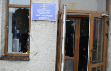 """Попытка силового захвата горсовета в Жмеринке: члены """"Нацдружин"""" в масках с камнями и шашками атаковали здание"""