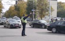 Появились кадры президентского кортежа Зеленского в Житомире: люди сбились со счета машин