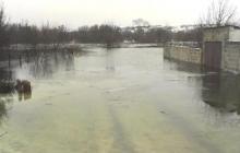 Последствия прорыва плотины в Зугрэсе: затопленные жилые дома и вода, текущая по улицам