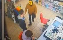 В Кривом Роге сотрудники магазина скрутили вооруженного вора: кадры привели в восторг соцсети