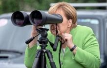 Меркель показали российских оккупантов: канцлер в бинокль рассмотрела захватчиков Южной Осетии