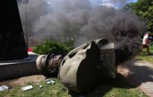 Харьков восстал: активисты снесли памятник Жукову и устроили бунт Кернесу и Труханову - резонансные кадры