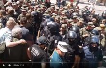 """В Киеве снесли палатку """"айдаровцев"""" возле Администрации президента: протест сдерживают уже сотни представителей полиции и Нацгвардии, бойцы выдвинули жесткое требование по главе СБУ"""