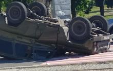 """В центре Луганска авто с """"военными"""" от удара перевернулось на крышу: части от машины разлетелись по сторонам"""