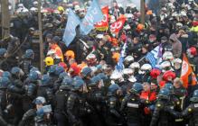 """Франция бунтует: битва """"стенка на стенку"""" полиции и пожарных в Париже попала на видео"""