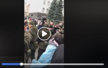 На митинге под Офисом президента мужчина совершил самоподжог - его еле спасли: видео