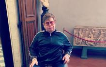 Элтон Джон оказался в инвалидном кресле: что произошло с музыкантом