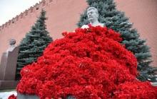 Могилу диктатора Сталина в Кремле поклонники завалили алыми гвоздиками – кадры взорвали соцсети