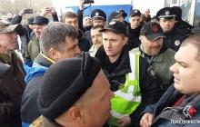 Поездка Вилкула на юг Украины закончилась скандалами, потасовкой и разлитой зеленкой – кадры