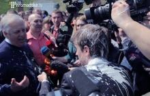 Как Петра Симоненко 1 мая в Киеве облили кефиром