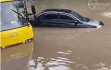 Мариуполь затопило после мощного ливня: машины ушли под воду, остановлен весь электротранспорт