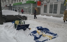 В Киеве разгромили палатку одной из партий, у другой - напали на женщин-агитаторов: кадры