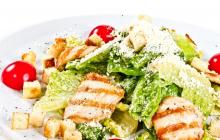 """Классический рецепт салата """"Цезарь"""" с курицей - инструкция для ленивых"""