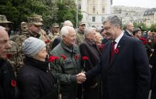 """Порошенко: """"Пять лет потомки ветеранов, победивших фашизм, защищают Украину от агрессии России"""""""