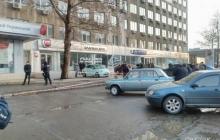 Женщина погибла на месте, мужчина - в машине скорой помощи: в Николаеве расстреляли супругов у здания суда